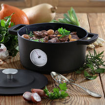 Traditioneller Dutch Oven mit Thermometer zur ständigen Temperaturkontrolle